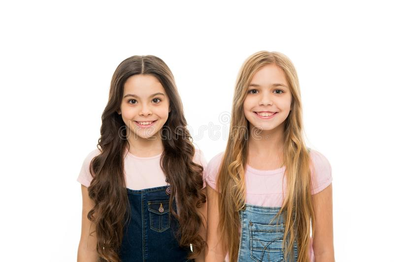 Τέλεια hairstyles για να έχει έναν σημαντικό αντίκτυπο Αρκετά μικρά κορίτσια με το μακροχρόνιο hairstyle Χαριτωμένη φθορά μικρών  στοκ φωτογραφίες με δικαίωμα ελεύθερης χρήσης