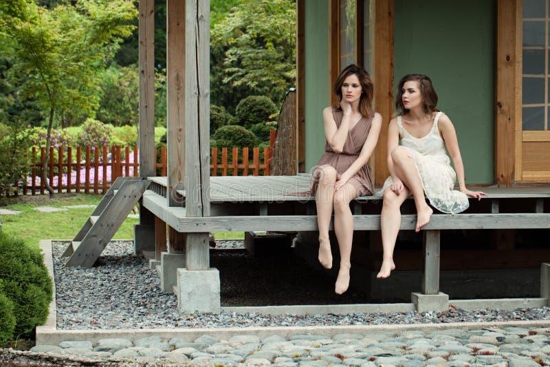 Τέλειοι φίλοι γυναικών στο ναυπηγείο εξοχικών σπιτιών, πορτρέτο τρόπου ζωής στοκ φωτογραφία με δικαίωμα ελεύθερης χρήσης