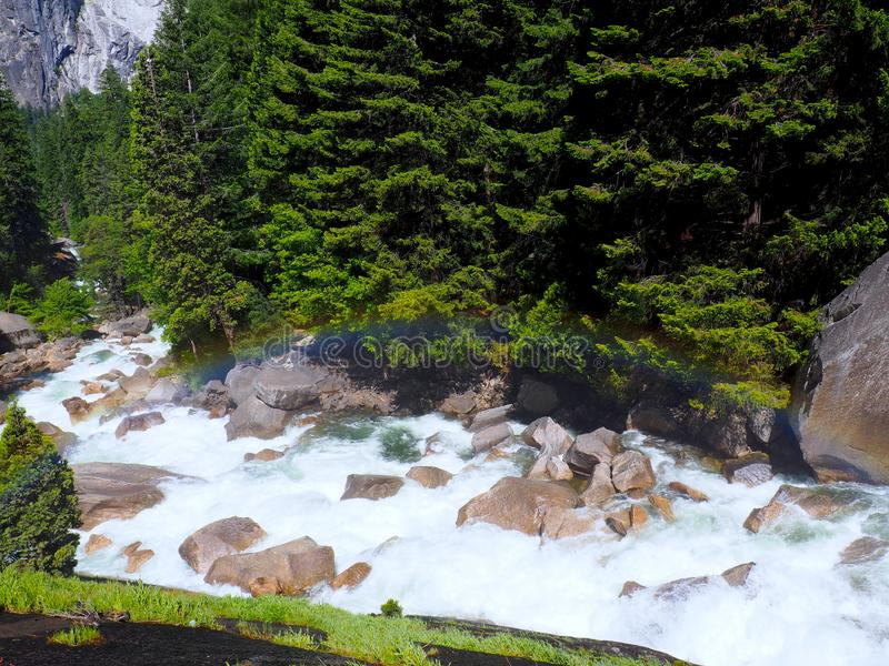 Τέλειο ουράνιο τόξο πέρα από ένα Babbling ρυάκι στο εθνικό πάρκο Yosemite στοκ φωτογραφία με δικαίωμα ελεύθερης χρήσης