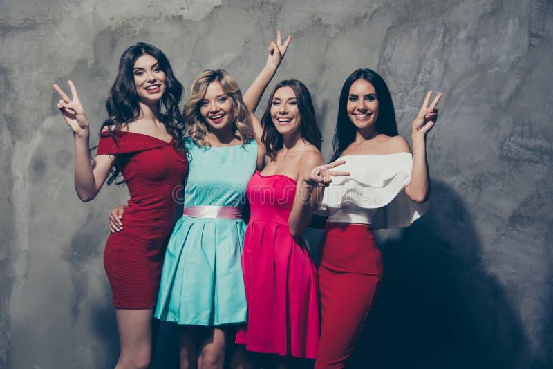 Τέσσερις ελκυστικές αριστοκρατικές κομψές κομψές ελκυστικές γοητευτικές εύθυμες κυρίες που απολαμβάνουν το εορταστικό παρουσιάζον στοκ φωτογραφία με δικαίωμα ελεύθερης χρήσης