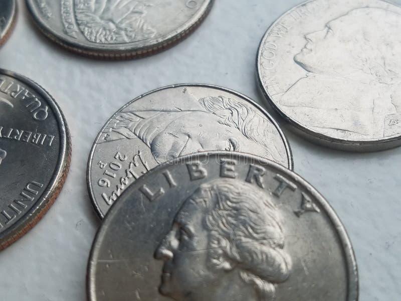 Τέταρτο ελευθερίας αμερικανικού νομίσματος και άλλα νομίσματα από την κινηματογράφηση σε πρώτο πλάνο στοκ φωτογραφία