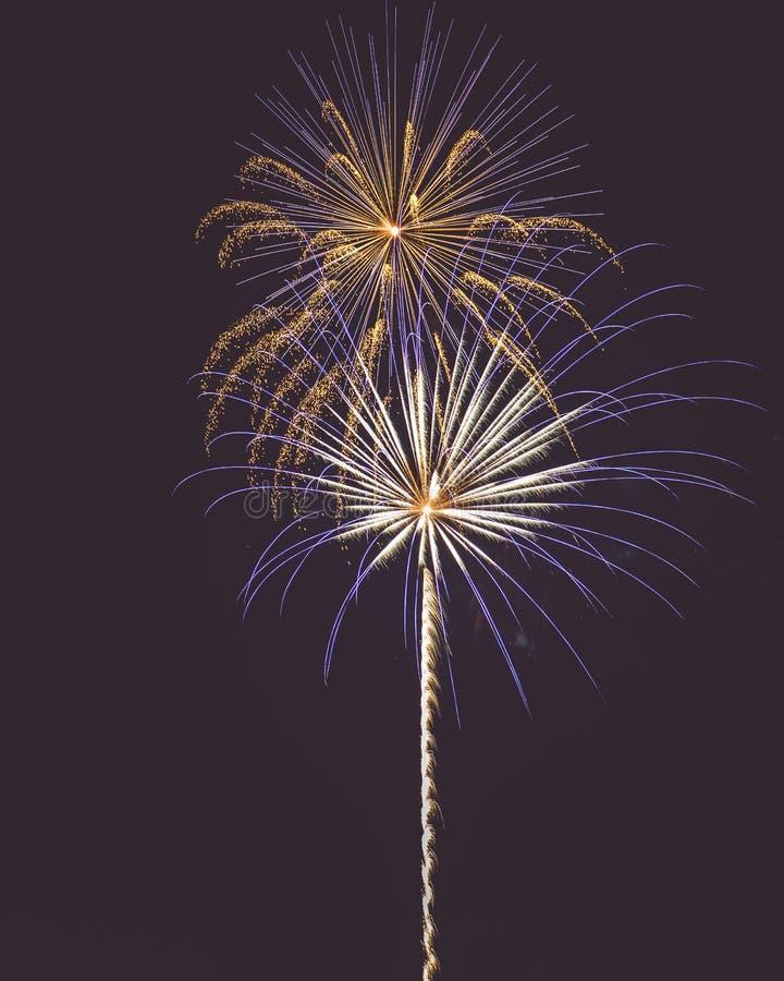 Τέταρτο των πυροτεχνημάτων Ιουλίου στην πόλη τη νύχτα απεικόνιση αποθεμάτων