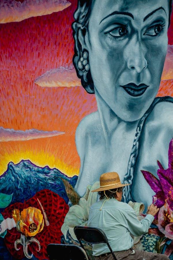 Τέχνη τοίχων οδών Ένας καλλιτέχνης χρωματίζει έναν τοίχο στη λεωφόρο Hollywood στοκ εικόνες με δικαίωμα ελεύθερης χρήσης