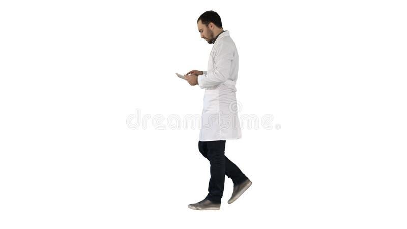 Ταμπλέτα χρήσης γιατρών ιατρικής φροντίδας και υγειονομικής περίθαλψης που ελέγχει στο άσπρο υπόβαθρο στοκ φωτογραφία με δικαίωμα ελεύθερης χρήσης