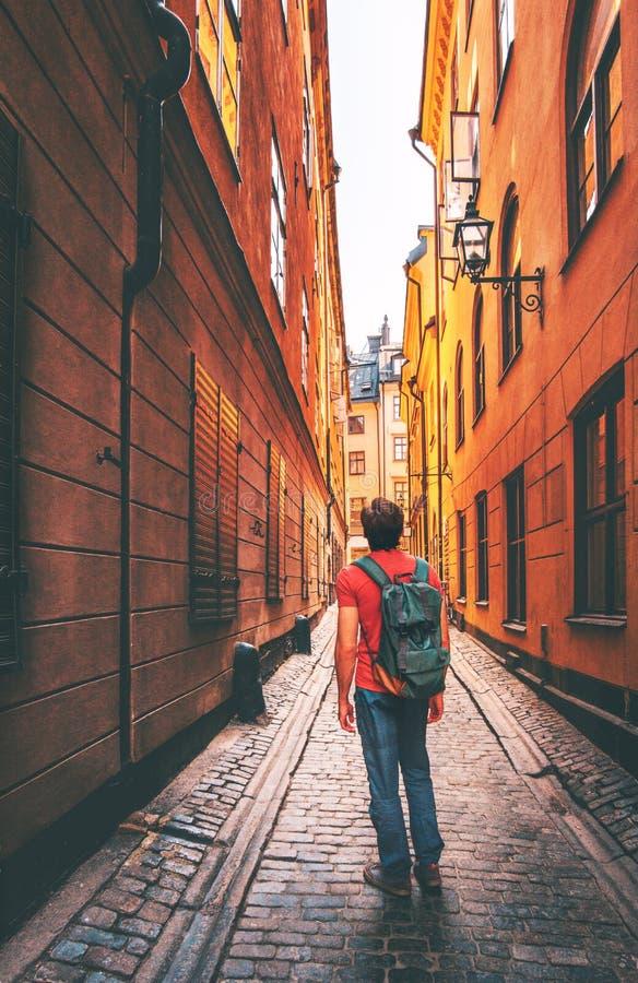 Ταξιδιώτης ατόμων που περπατά μόνο στη στενή οδό της Στοκχόλμης στοκ φωτογραφία με δικαίωμα ελεύθερης χρήσης
