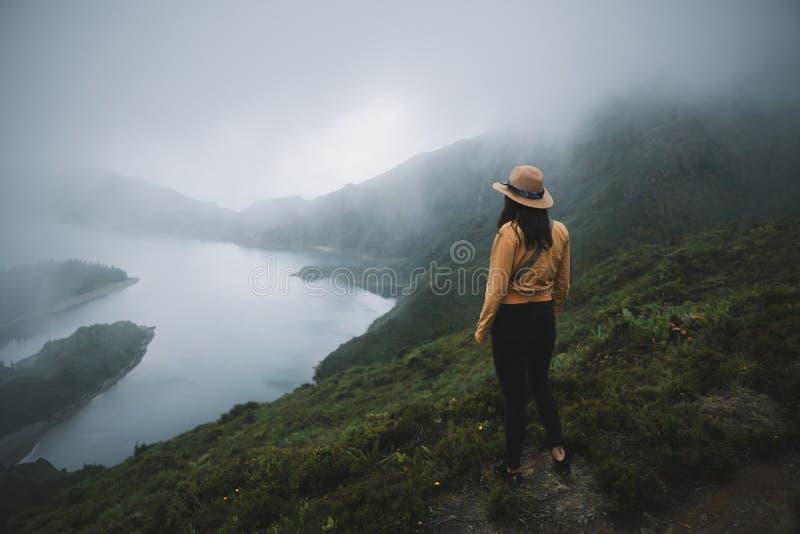 Ταξιδιώτης γυναικών στις Αζόρες στοκ εικόνες