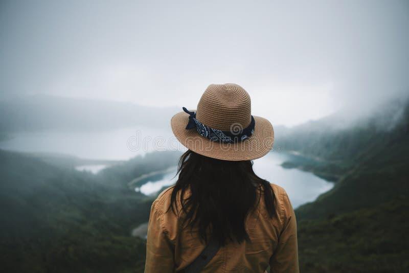 Ταξιδιώτης γυναικών στις Αζόρες στοκ εικόνα