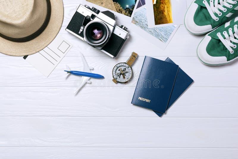 Ταξιδιωτικά εξαρτήματα, υπερυψωμένη άποψη των ουσιαστικών στοιχείων διακοπών, υπόβαθρο έννοιας ταξιδιού στοκ φωτογραφία με δικαίωμα ελεύθερης χρήσης