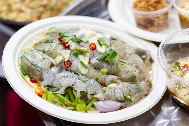 Ταϊλανδικές γαρίδες συνταγών θαλασσινών ταϊλανδικές στη σάλτσα ψαριών με στην πικάντικη σάλτσα ψαριών στοκ φωτογραφία