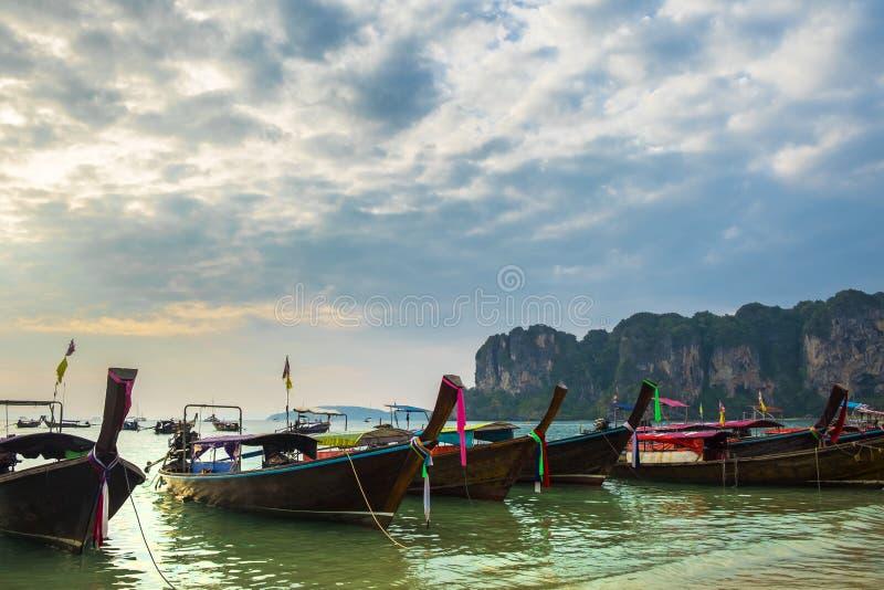 Ταϊλανδικές παραδοσιακές ξύλινες βάρκες longtail στην παραλία Railay στην επαρχία Krabi Ταϊλάνδη στοκ φωτογραφία με δικαίωμα ελεύθερης χρήσης