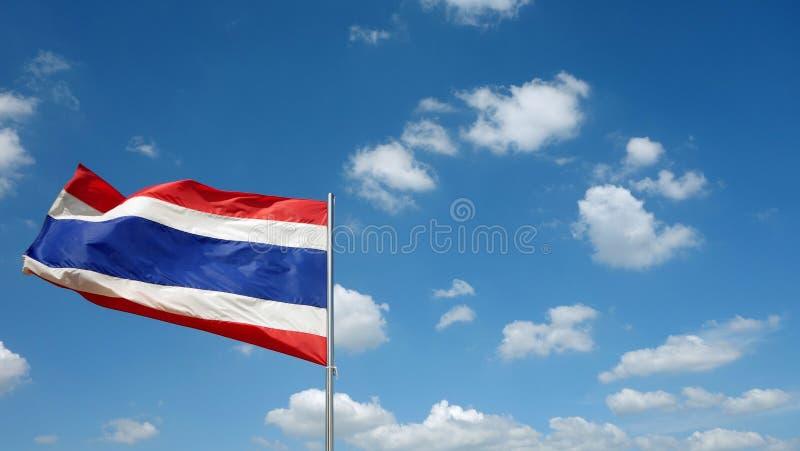 Ταϊλανδική σημαία με το υπόβαθρο μπλε ουρανού στοκ φωτογραφία με δικαίωμα ελεύθερης χρήσης
