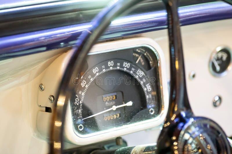 Ταχύμετρο στο παλαιό αυτοκίνητο στοκ φωτογραφίες με δικαίωμα ελεύθερης χρήσης