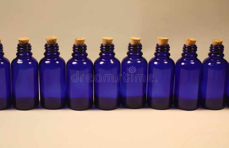 Τα βασιλικά μπλε dropper γυαλιού μπουκάλια με βουλώνουν στοκ φωτογραφία με δικαίωμα ελεύθερης χρήσης