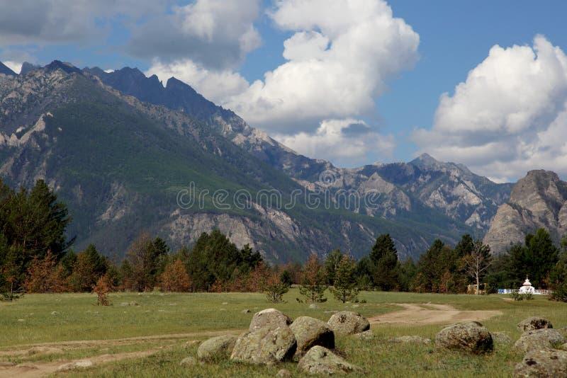 Τα βουνά των βουνών Barguzin, αυτή η κοιλάδα του ποταμού Barguzin στοκ φωτογραφία με δικαίωμα ελεύθερης χρήσης