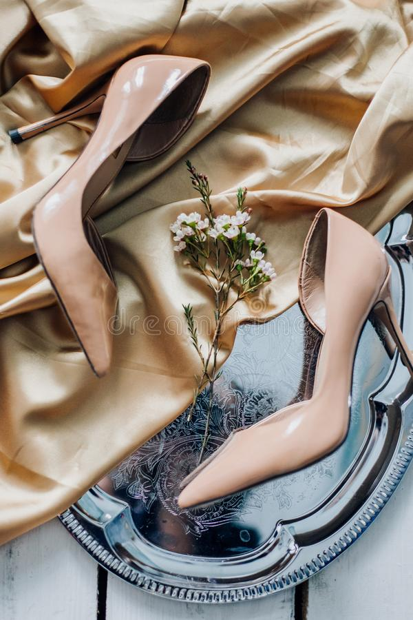 Τα γαμήλια παπούτσια της νύφης βρίσκονται υπέροχα στοκ εικόνα