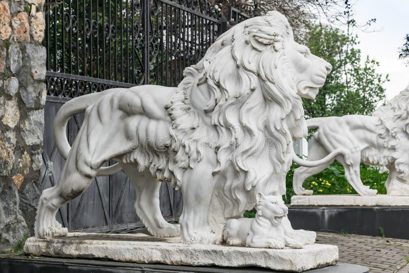 Τα γλυπτά πόλεων των δύο άσπρων λιονταριών και ενός λιονταριού cub στην είσοδο Τοπικό ορόσημο στοκ εικόνες
