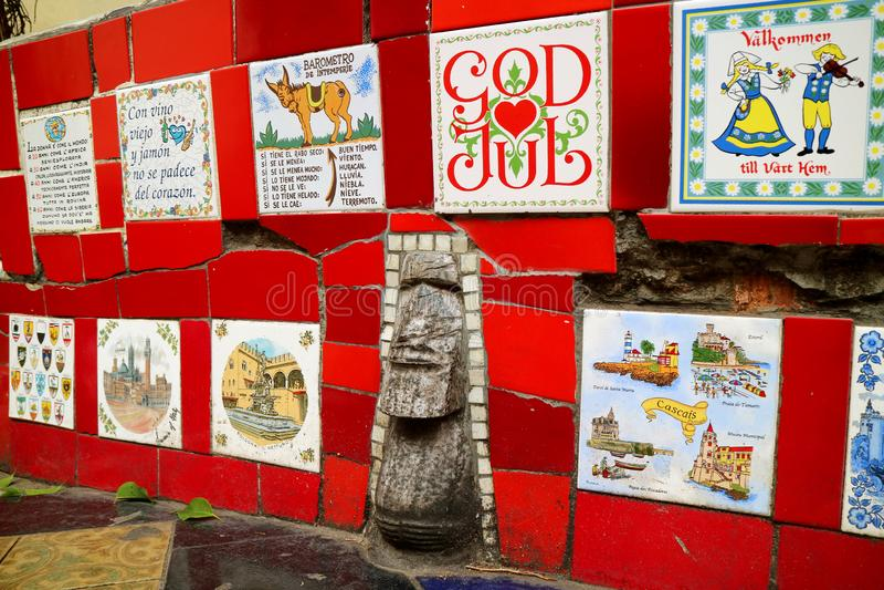 Τα ζωηρά κόκκινα κεραμίδια κάλυψαν ολόκληρους τους τοίχους της σκάλας Selaron, Ρίο ντε Τζανέιρο, Βραζιλία στοκ εικόνα
