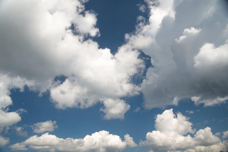 Τα μαλακοί σύννεφα και ο μπλε ουρανός, αφαιρούν το άσπρο υπόβαθρο στοκ φωτογραφία