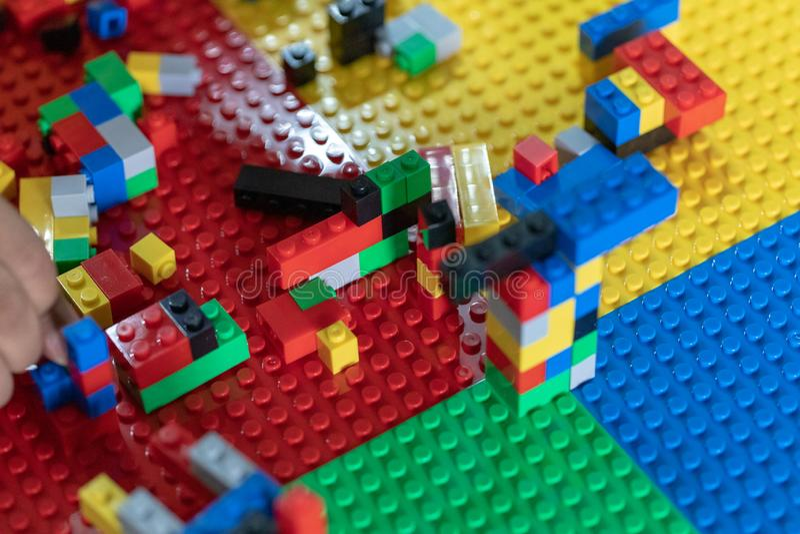 Τα μικρά παιδιά παίζουν τα παιχνίδια στη Βουλή στοκ φωτογραφία με δικαίωμα ελεύθερης χρήσης