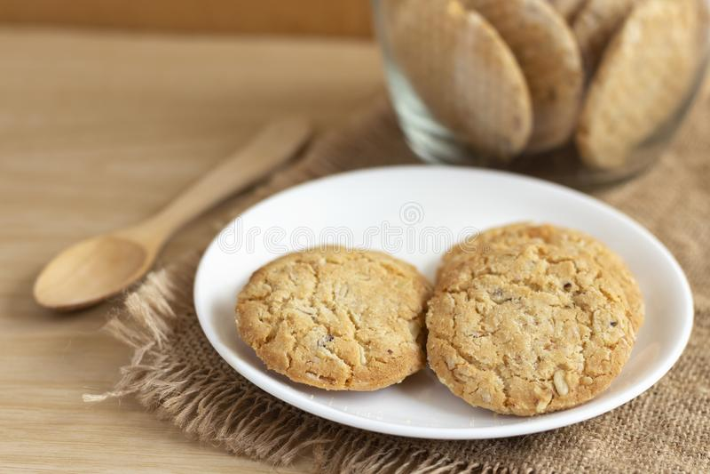 Τα μπισκότα βρωμών είναι σπιτικά στο πιάτο sackcloth Του είναι θρεπτικός-πλούσια τρόφιμα που συνδέονται με την πρωτεΐνη και ίνα στοκ φωτογραφία με δικαίωμα ελεύθερης χρήσης