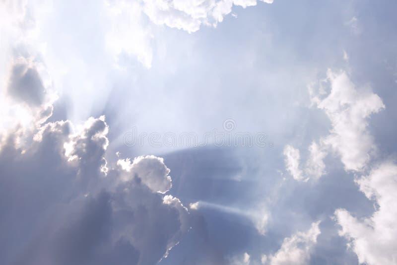 Τα σύννεφα και ο ήλιος λάμπουν μέσω των ακτίνων του φωτός στο φωτισμένο γραφικό ουρανό στοκ εικόνες με δικαίωμα ελεύθερης χρήσης