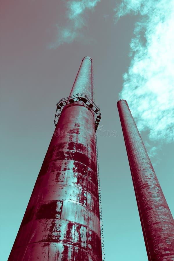 Τα ψηλά υπερφυσικά βιομηχανικά εργοστάσια καπνοδόχων παράγουν τον καπνό, έννοια της φουτουριστικής μελλοντικής και περιβαλλοντική στοκ φωτογραφία με δικαίωμα ελεύθερης χρήσης