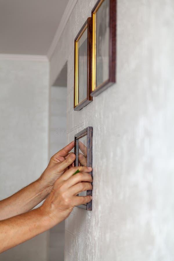 Τα χέρια καθορισμένα το πλαίσιο στον τοίχο στοκ φωτογραφία με δικαίωμα ελεύθερης χρήσης