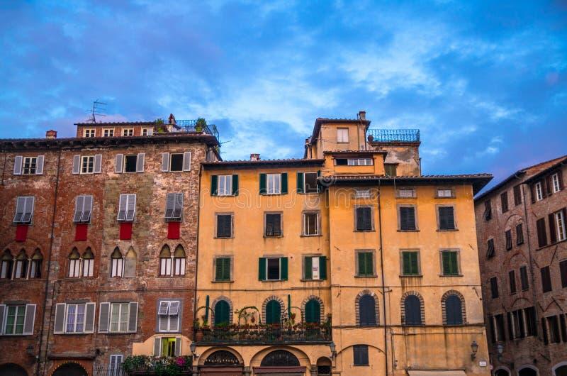 Τα χαρακτηριστικά παραδοσιακά ιταλικά κτήρια στην πλατεία SAN Michele τακτοποιούν στο ιστορικό κέντρο της παλαιάς μεσαιωνικής πόλ στοκ φωτογραφία