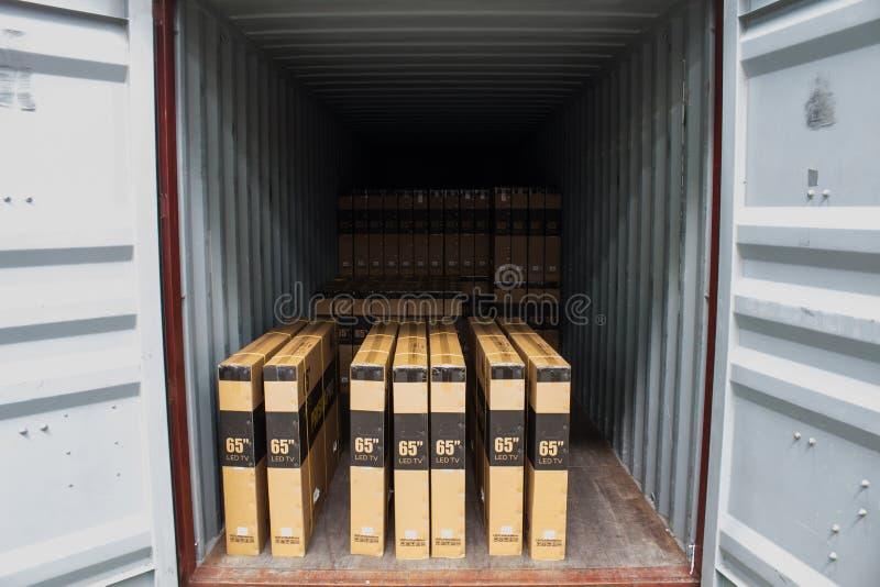Τα χαρτοκιβώτια με τη φόρτωση του εμπορευματοκιβωτίου στοκ φωτογραφία με δικαίωμα ελεύθερης χρήσης