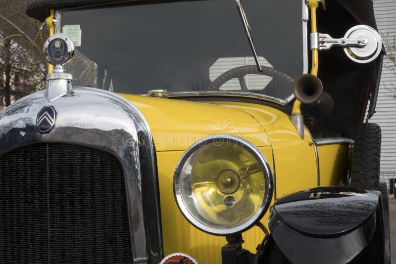 """Τα παλαιά αυτοκίνητα: Κινηματογράφηση σε πρώτο πλάνο ενός κίτρινου πολύ παλαιού γαλλικού αυτοκινήτου Αυτό """"ένα όχημα εμπορικών ση στοκ φωτογραφία με δικαίωμα ελεύθερης χρήσης"""