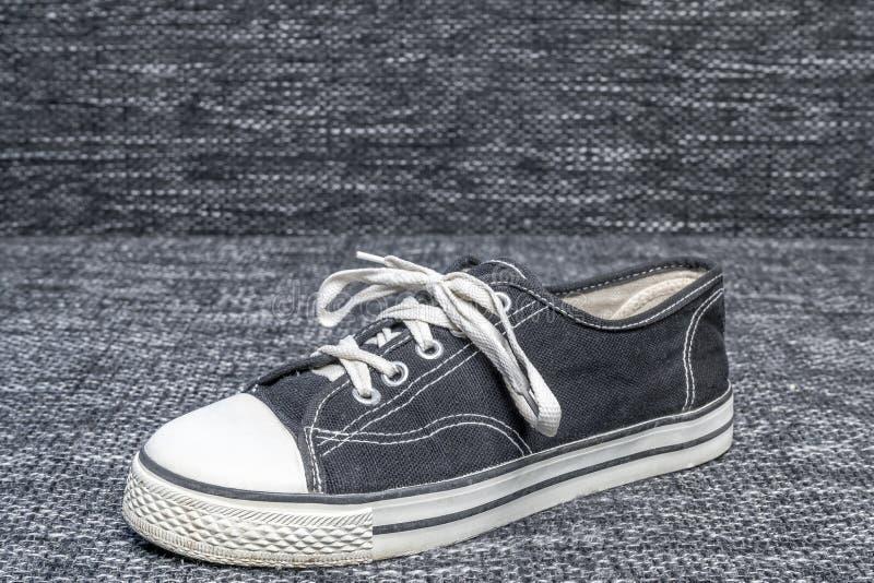 Τα παπούτσια αστεριών Al εκτίθενται σε ένα υφαντικό υπόβαθρο στοκ εικόνες