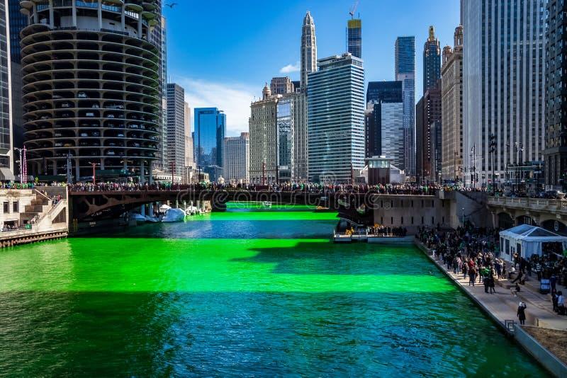 Τα πλήθη συλλέγουν γύρω από τον ποταμό του Σικάγου δεδομένου ότι είναι βαμμένος πράσινος στοκ φωτογραφία με δικαίωμα ελεύθερης χρήσης