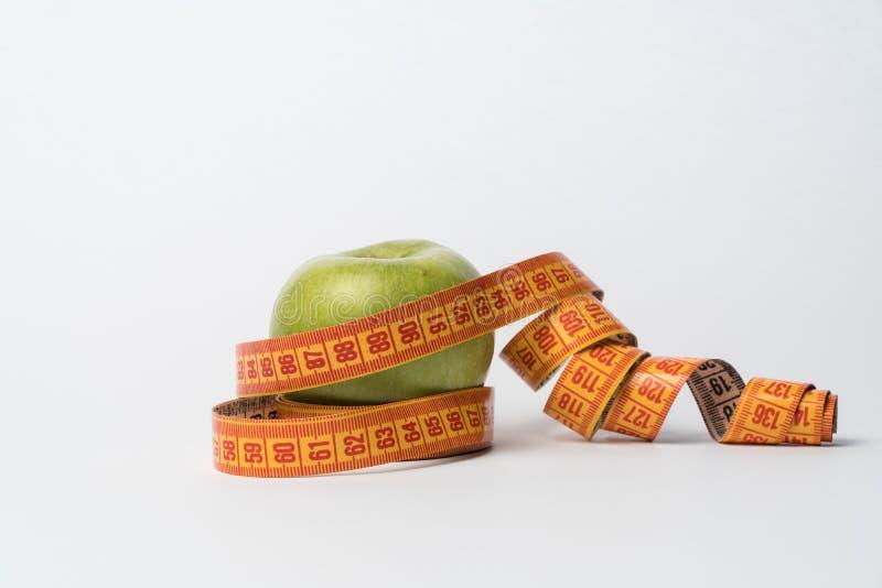 Τα πράσινα μήλα απομονώνουν σιτηρέσιο Προϊόν για τη διατροφή μήλα και εκατοστόμετρο στοκ φωτογραφία με δικαίωμα ελεύθερης χρήσης