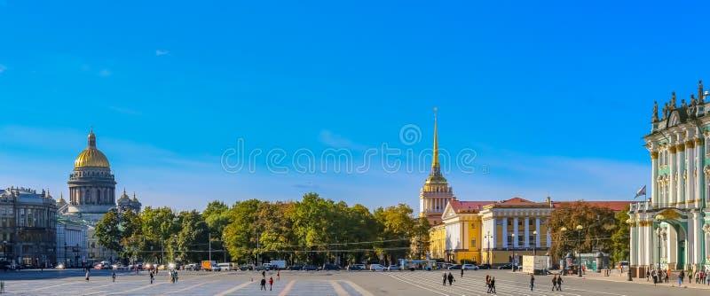 Τετράγωνο παλατιών μπροστά από το χειμερινό παλάτι - ερημητήριο σε Άγιο Πετρούπολη, Ρωσία στοκ εικόνα με δικαίωμα ελεύθερης χρήσης