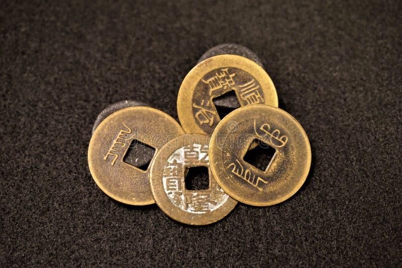 Τετραγωνικά νομίσματα μετρητών τρυπών κινεζικά στοκ φωτογραφίες