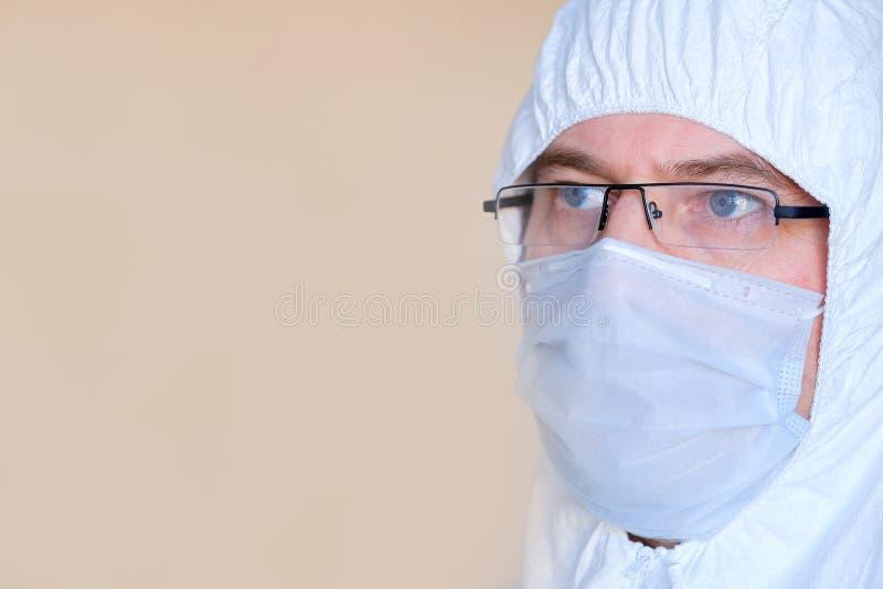 Τεχνικός εργαστηρίων, γιατρός Στο πρόσωπο μιας προστατευτικής μάσκας Γυαλιά προστατευτικό κοστούμι στοκ εικόνα με δικαίωμα ελεύθερης χρήσης