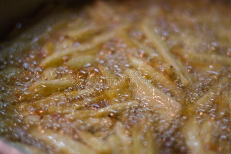 Τηγανίζοντας πατάτες στο παρθένο ελαιόλαδο στοκ εικόνα