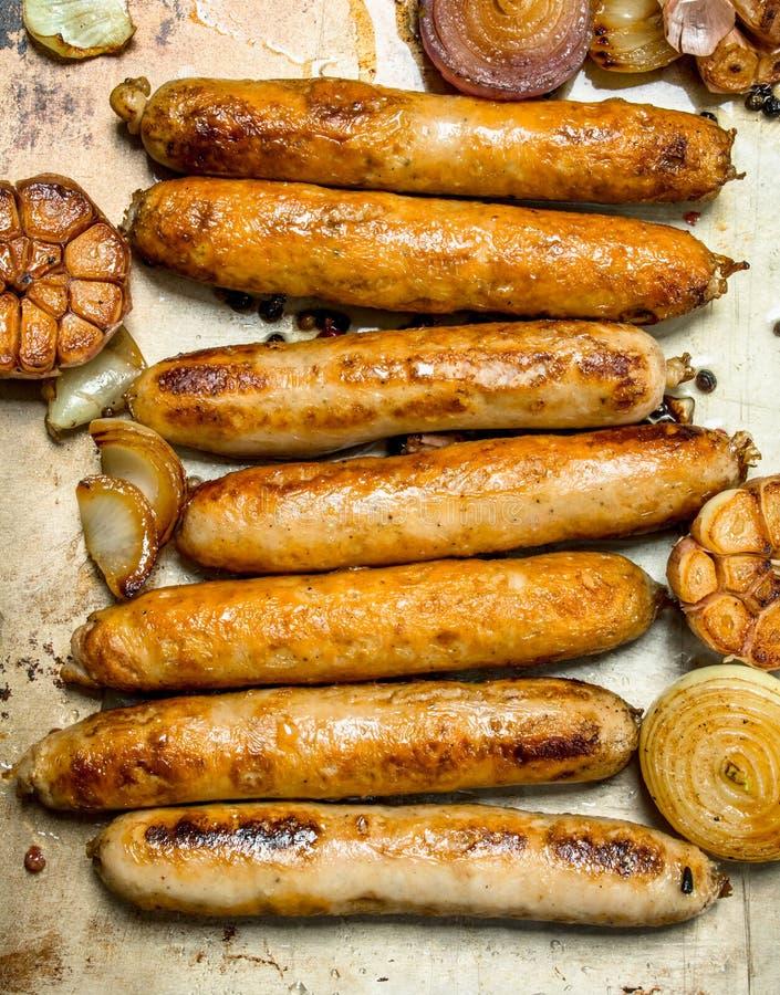Τηγανισμένα λουκάνικα με το σκόρδο και τα κρεμμύδια στοκ εικόνα