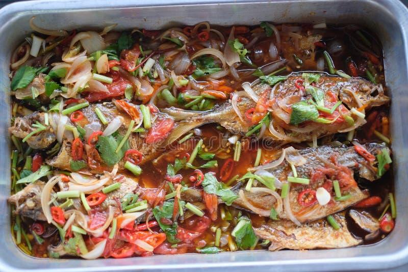 Τηγανισμένα ταϊλανδικά μαγειρεύοντας τρόφιμα ψαριών στοκ εικόνα