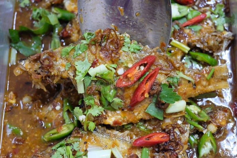 Τηγανισμένο μαγείρεμα τροφίμων ψαριών ταϊλανδικό στοκ φωτογραφία