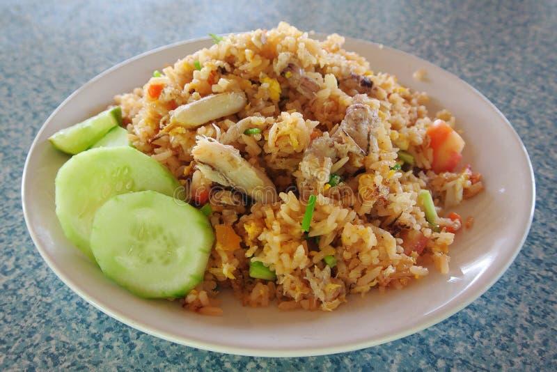 Τηγανισμένο ρύζι με το κρέας καβουριών και τα λαχανικά, ταϊλανδική κουζίνα στοκ εικόνες