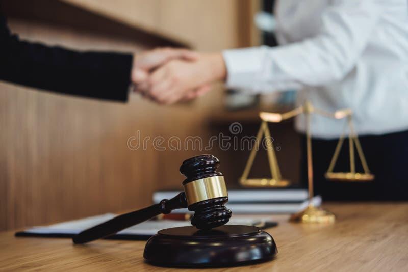 Τινάζοντας τα χέρια μετά από την καλή συνεργασία, θηλυκός δικηγόρος χειραψιών επιχειρησιακών γυναικών μετά από να συζητήσει την κ στοκ εικόνες