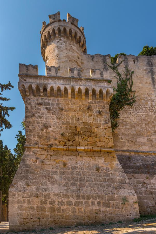Τοίχοι και πύργος του παλατιού του μεγάλου κυρίου των ιπποτών της Ρόδου Kastello, ένα μεσαιωνικό κάστρο στην πόλη της Ρόδου, στοκ φωτογραφία