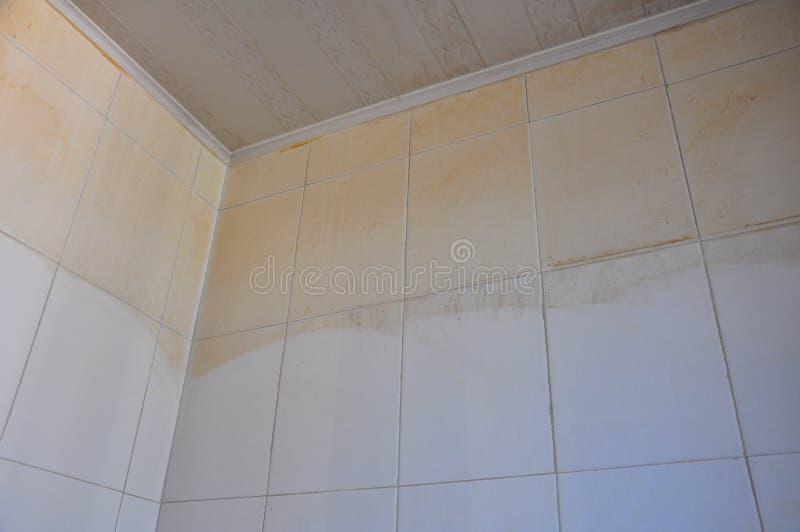 Τοίχος βρώμικος για τη διαρροή νερού στοκ εικόνες