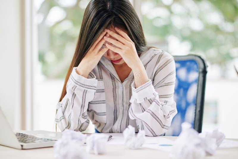 Τονισμένη γυναίκα ανίκανη να γράψει το έγγραφο στοκ εικόνα