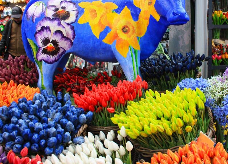 Τουλίπες που αγοράζονται τεχνητές από τους τουρίστες ως αναμνηστικά από το Άμστερνταμ στοκ εικόνες