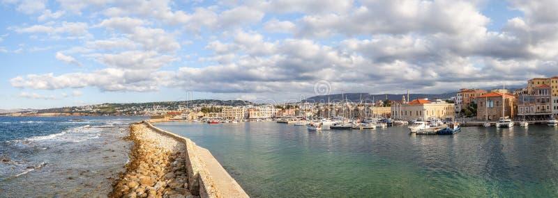 Τουριστικό θέρετρο Chania, το νησί της Κρήτης, Ελλάδα Μια πανοραμική άποψη με ένα τοπίο σε ένα λιμάνι με τα panthons, δεμένα σκάφ στοκ φωτογραφίες