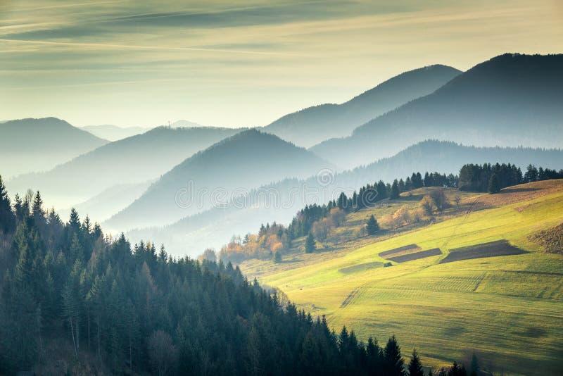 Τοπίο με τα βουνά στην ανατολή Εθνικό πάρκο Fatra Mala στοκ εικόνες