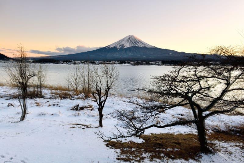 Τοποθετήστε το Φούτζι στη χειμερινή σκηνή το Φεβρουάριο με το ηλιοβασίλεμα στοκ φωτογραφίες με δικαίωμα ελεύθερης χρήσης
