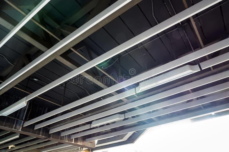 Τοποθετημένοι ανώτατο όριο σωλήνες λαμπτήρων και αγωγοί της ηλεκτρικής δύναμης και του συστήματος επικοινωνιών στοκ εικόνες